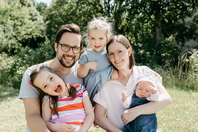 Familienshooting mit Neugeborenem Homestory Newborn Berlin Göttingen Hamburg Anna Wehmeyer Frey