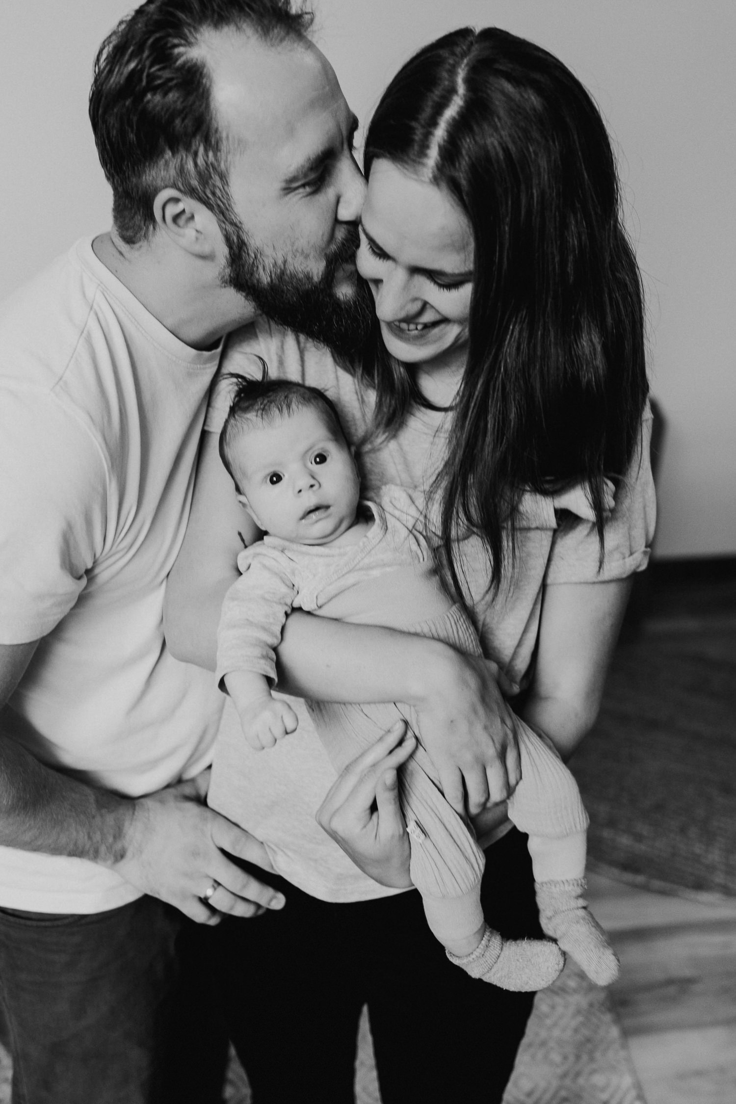 Homestory mit Baby in Berlin Newborn Familienfotos zuhause