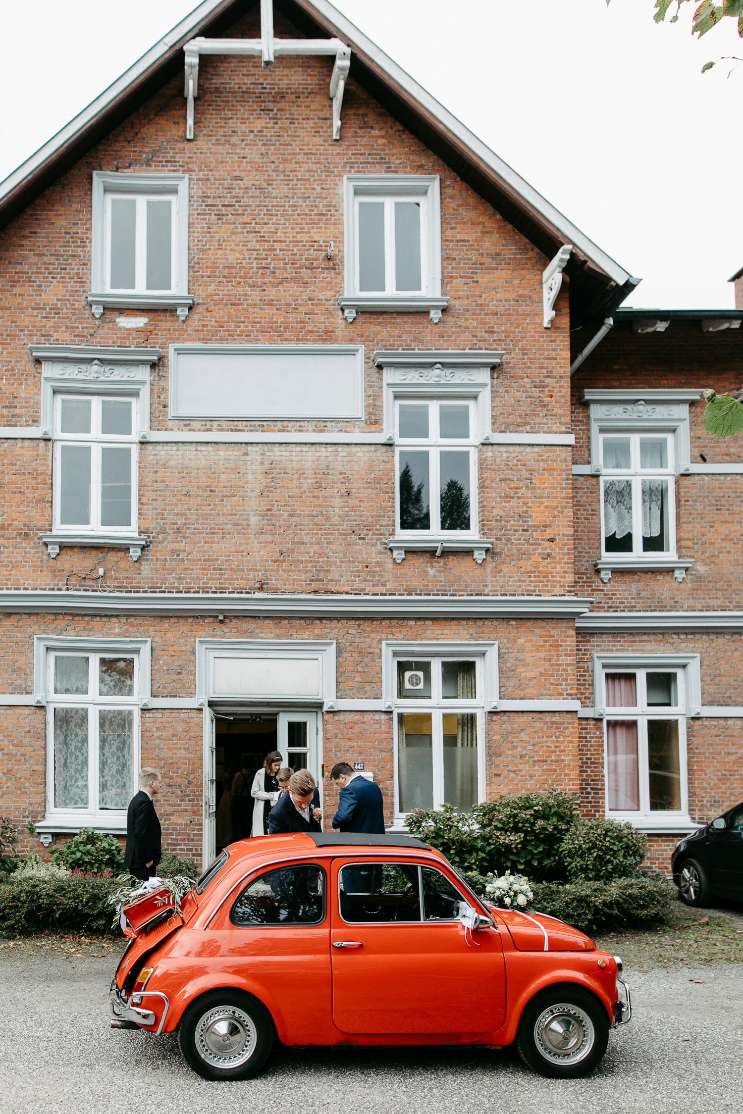Hochzeit Hamburg Inspiration Fiat rot Tanzsaal auf der Ohe HSV Tanzsportverein Deko