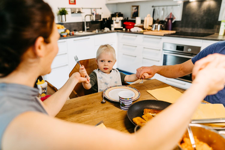 Familienreportage Homestory Familienfotograf Hamburg Lübeck Lüneburg Bremen Kiel Alltagsfotografie Familienfotos Zuhause Tischgebet
