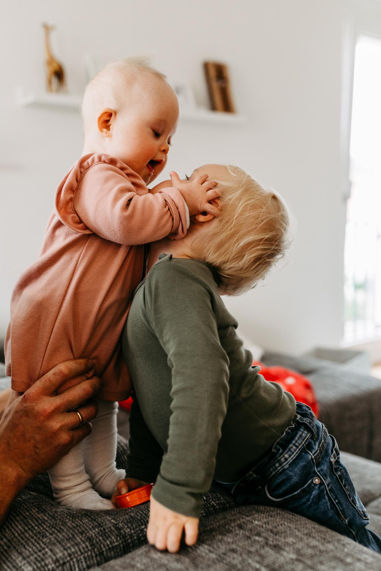 Familienreportage Homestory Familienfotograf Hamburg Lübeck Lüneburg Bremen Kiel Alltagsfotografie Familienfotos Zuhause Trisomie 21 Handicap Geschwister Familienalltag Down-Syndrom