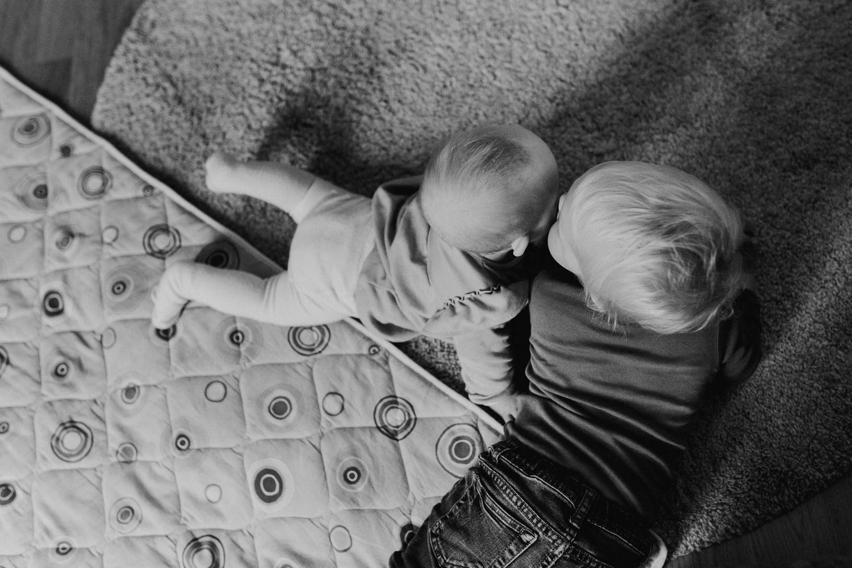 Familienreportage Homestory Familienfotograf Hamburg Lübeck Lüneburg Bremen Kiel Alltagsfotografie Familienfotos Zuhause Trisomie 21 Handicap Familienalltag Down-Syndrom