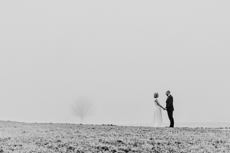 After Wedding Shooting Corona Wedding Hochzeit Hochzeitsfotograf Brautkleid Coronahochzeit Hamburg Brautpaar Lueneburg Winterhochzeit Regenhochzeit Nebelshooting