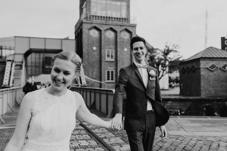 Hochzeitsfotograf Bremen Lueneburg Bremerhaven Hochzeitsreportage Natürliche Hochzeitsfotografie Paarshooting Hafen Maritim
